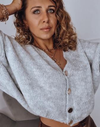 szary sweter rozpinany
