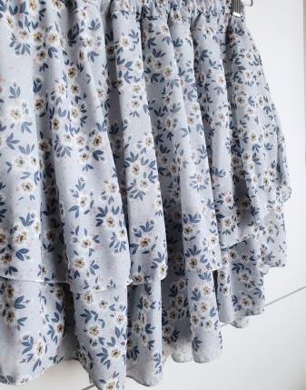 spódniczka niebieska w kwiatki
