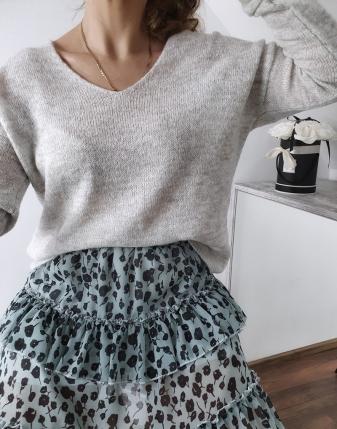 szary sweterek z dekoltem