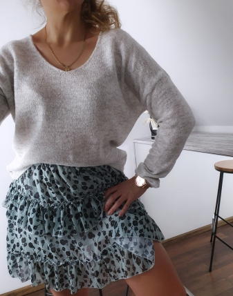 szary sweterek z dekoltem  2