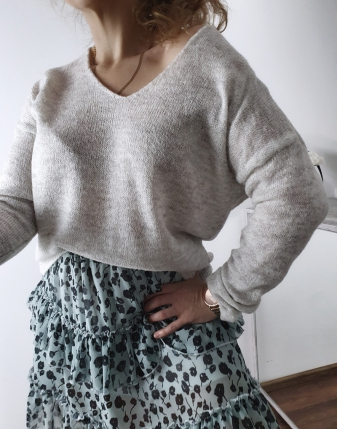 szary sweterek z dekoltem  5