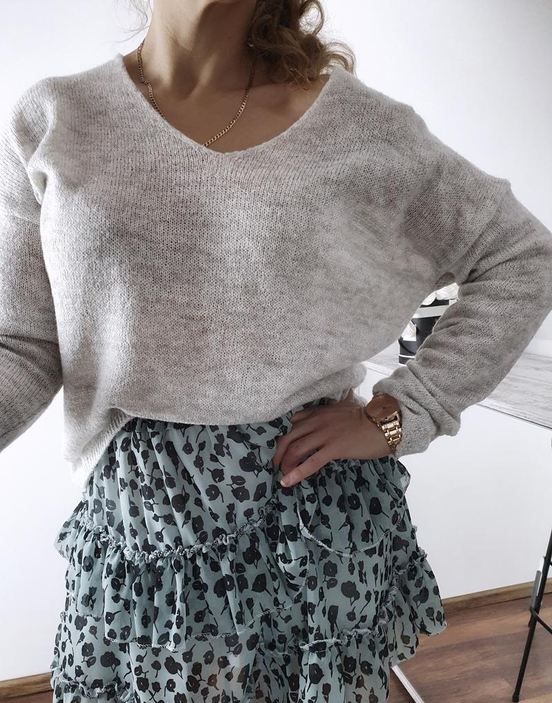 szary sweterek z dekoltem  6