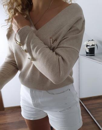 sweter jasny beż z broszką v 2