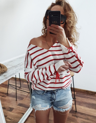 Sweterek biały w czerwone paski1