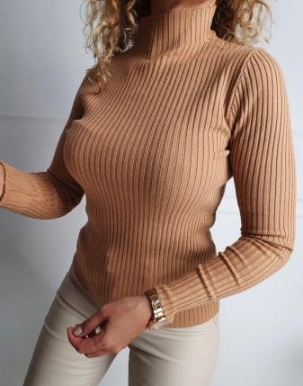 dopasowany sweter z golfem  trzy