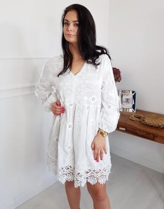 biała sukienka haftowana