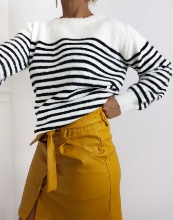 sweter w paski z wycięciem na plecach