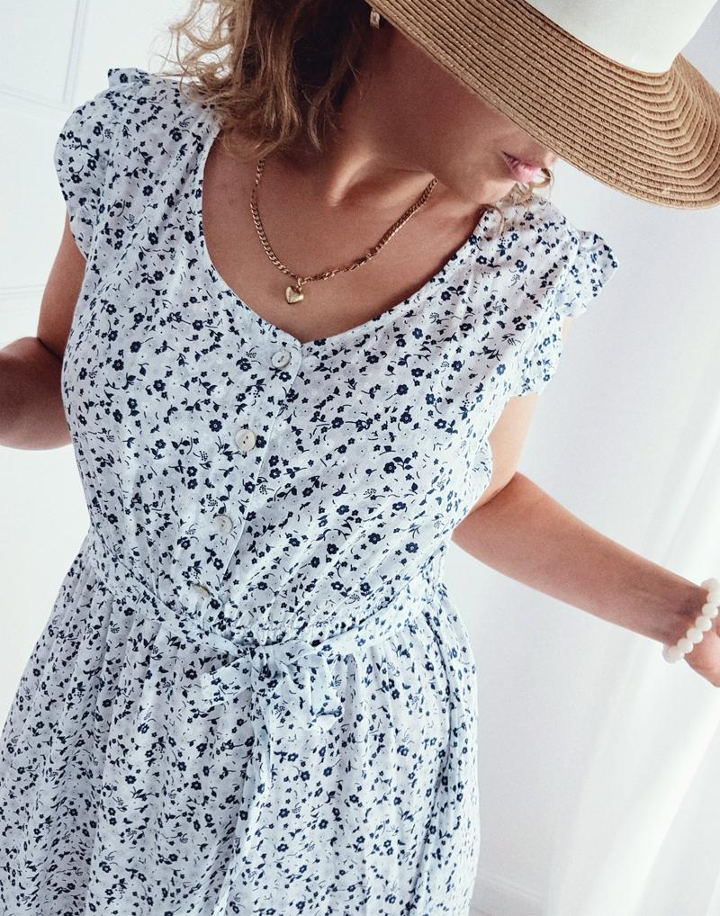 biała sukienka w kwiatki łaczka