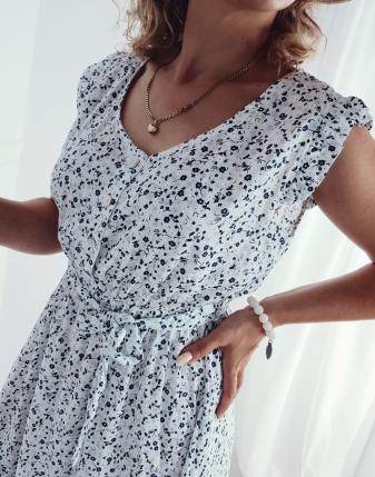 biała sukienka w kwiatki łączka